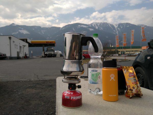 Anreise Trainingslager - Kaffeepause mit Hydro Flask